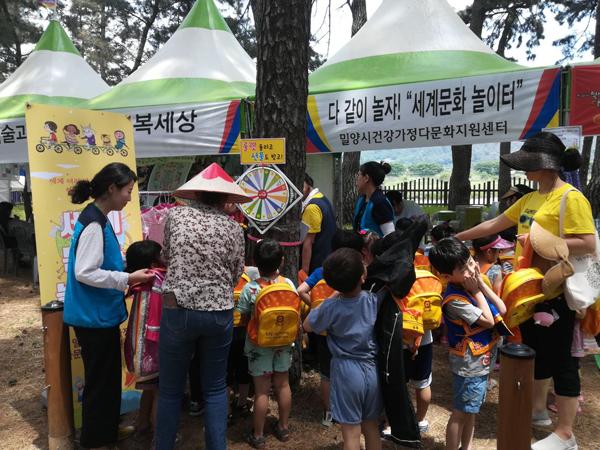 0517 건강가정다문화가족지원센터 아리랑대축제 체험부스 운영 (2).jpg