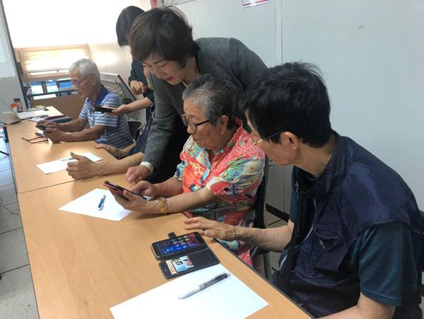 산엔청복지관 노인맞춤 스마트폰 활용교육 (2).jpg