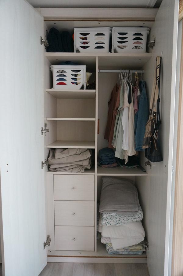 미니멀라이프를 실천하고 있는 거제 심지원씨가 가진 옷과 가방 전부. 수납장 한 칸에 모두 정리가 가능하다.