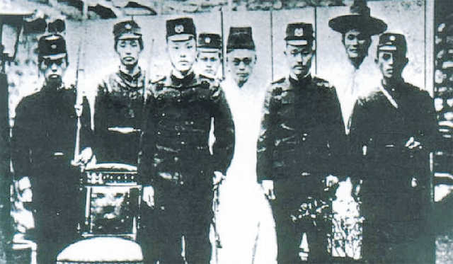 국가보훈처 기록에 남아 있는 남상덕(왼쪽 세 번째) 참위 사진./국가보훈처/