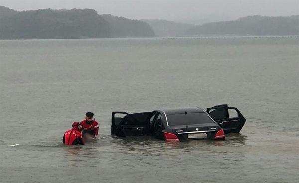 통영해경, 사천시 해상 추락 차량서 숨진 운전자 인양
