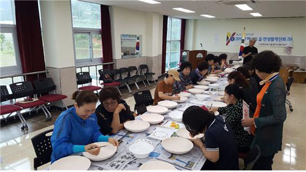 한국생활개선고성군연합회, 거류면서 '나만의 도자기 만들기'체험행사.jpg