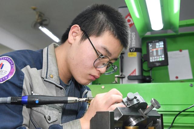 삼천포공업고 신민혁 학생이 전국기능대회 출전을 앞두고 금형 실습을 하고 있다.