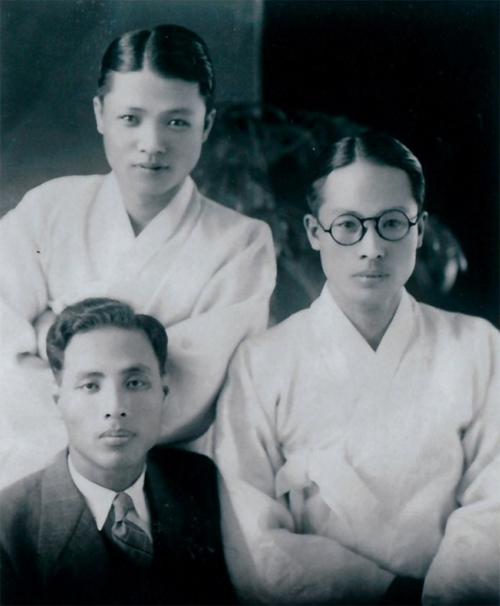 이육사(오른쪽)가 평소 즐겨 입던 양복 대신 한복 차림으로 찍은 사진./이육사문학관/