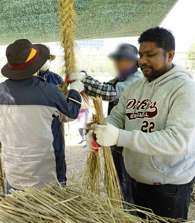 지난 3월 비얀트씨가 김해시 가야문화축제에 쓰일 대형 새끼줄 앞에서 기념사진을 찍고 있다./비얀트씨/