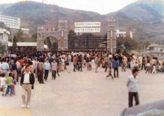 1979년 10월 18일 시위 학생 일부가 시내로 나가자 경찰이 경남대 정문을 가로막고 있다. /부마민주항쟁기념재단/
