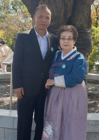 부마민주항쟁 사망자 故 유치준씨 부인과 아들 유성국씨./유성국씨 제공/