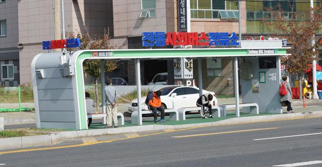 7일 오전 11시께 창원시 마산합포구 진동면 진동 시외버스정류소에서 이용객들이 버스를 기다리고 있다.