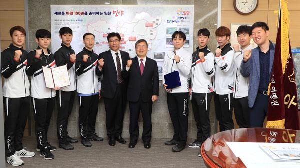 2019 회장기 전국실업배드민턴연맹전 남자일반부 단체전 우승-2.JPG