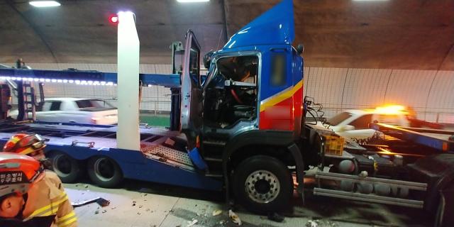 창원 양곡터널 내 차량 7중 추돌사고로 3명이 부상을 입었다.