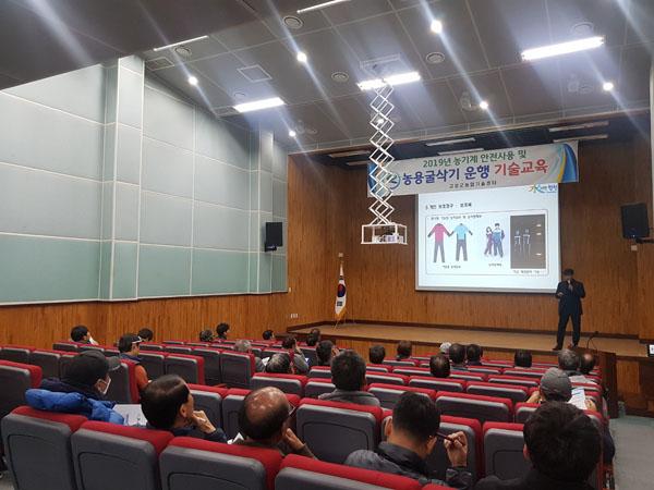 고성군  농업기계 안전사용 및 농용굴삭기 운행 기술교육 실시(2).JPG