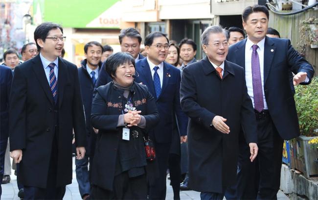 김씨가 '3·15 희망나무' 앞에서 환한 미소를 짓고 있다.