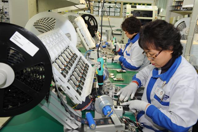 2007년 1월 노키아TMC 노동자들이 부품을 조립하고 있다./전강용 기자/