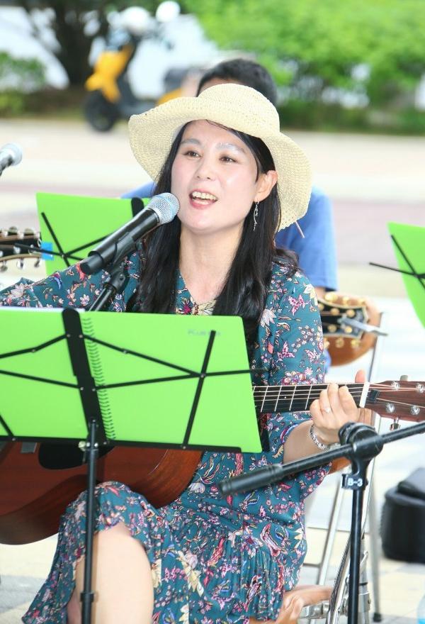 지난해 열린 제19회 마산국화축제 행사장에서 공연하고 있는 모습./곽선옥/