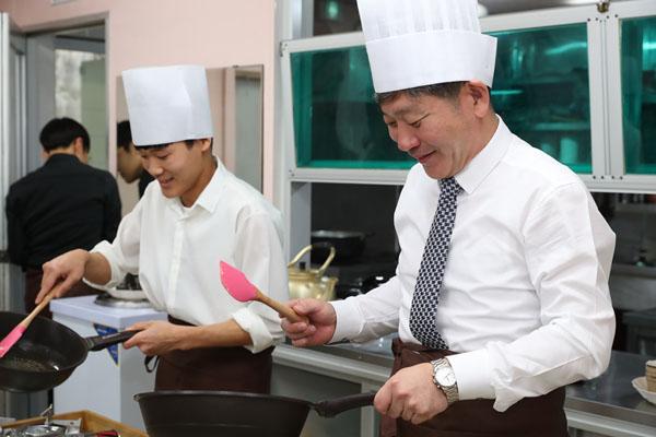 고성군 동해청소년학교 학생들, 백두현 고성군수에게 직접 요리한 음식 대접.jpg