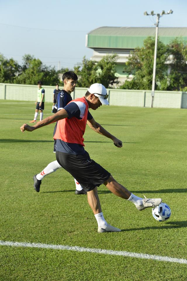 설기현 감독이 27일 태국 방콕 전지훈련장에서 직접 시범을 보이며 선수들에게 전술을 전수하고 있다.