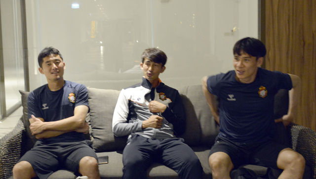 경남FC 하성민(왼쪽부터), 이재명, 배기종이 이야기를 나누고 있다.