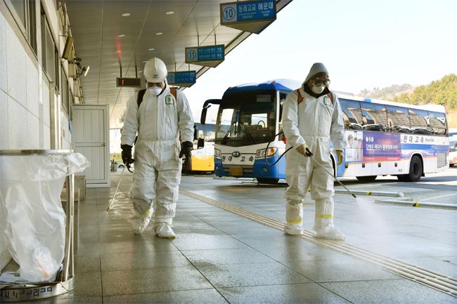 4일 창원종합버스터미널 승강장서 창원보건소 관계자들이 신종 코로나바이러스 감염증 확산을 방지하기 위해 방역작업을 하고 있다./전강용 기자/