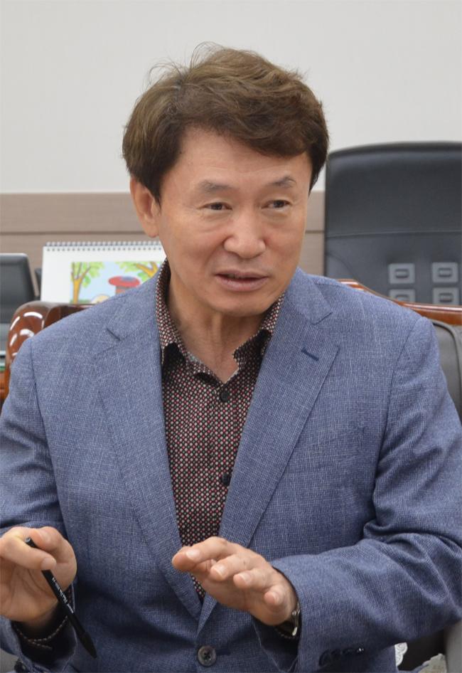 박유동 경남도립거창대학 총장이 집무실에서 대학의 성장 비결과 비전에 대해 설명하고 있다.