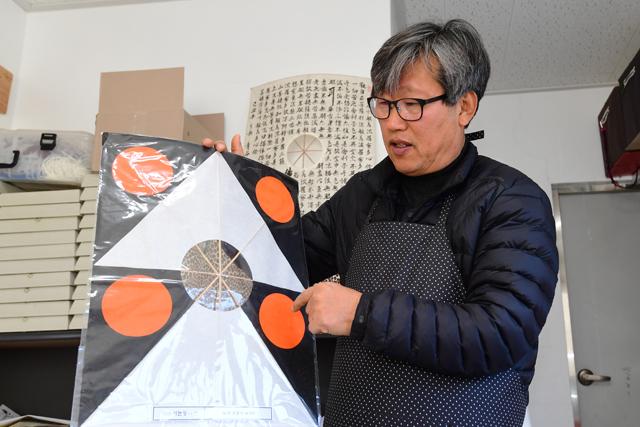 윤종민씨가 이순신 장군이 임진왜란 때 통신수단으로 사용하던 전술신호연에 대해 설명하고 있다.