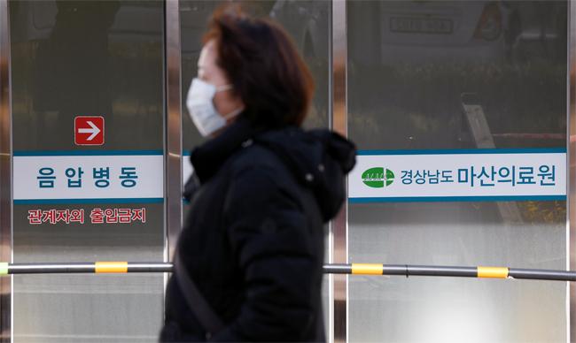21일 오전 마산의료원 선별진료소 앞에 코로나 19 검사를 기다리는 시민들이 줄을 서 있다. /조고운 기자/