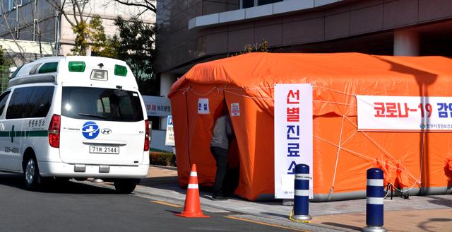 20일 창원시 의창구 신월동 창원보건소 앞에서 신종 코로나바이러스 감염증(코로나19)을 우려한 시민이 검사를 받기 위해 선별진료소로 들어가고 있다./전강용 기자/