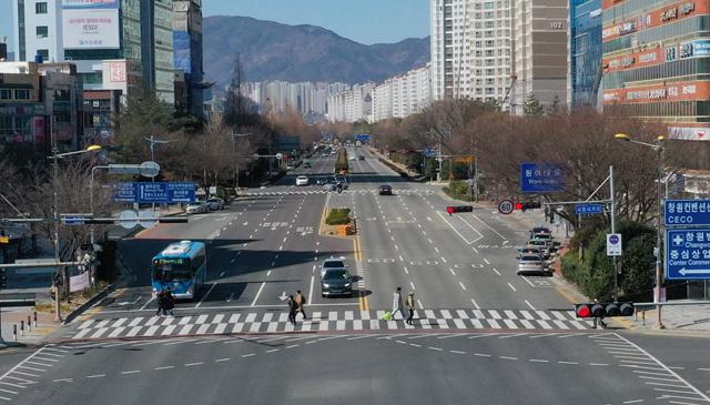 코로나 19 추가 확진자가 발생한 23일 오후 창원시청 사거리 도로에 시민과 차량들이 없어 한산한 모습을 보이고 있다./김승권 기자/