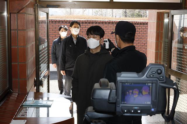 현대위아가 코로나19 감염예방을 위해 24일 오전 창원1공장 정문에서 출근하는 직원들의 체온을 측정하고 있다./현대위아/
