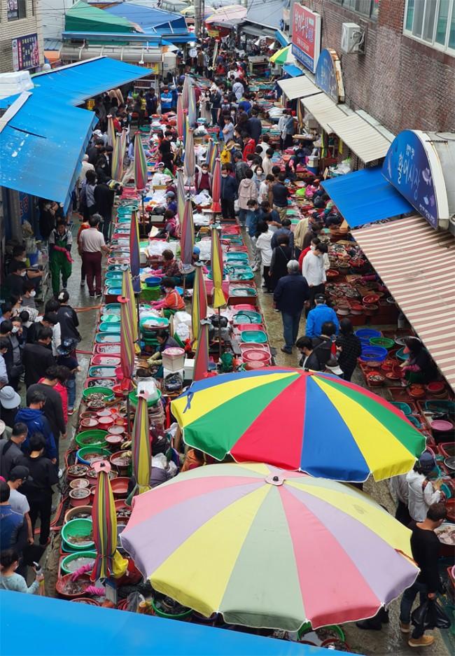 지난 5일 통영을 찾은 관광객과 시민들이 활어를 사기 위해 중앙활어시장 100여m 골목에 빼곡히 줄을 서 있다.