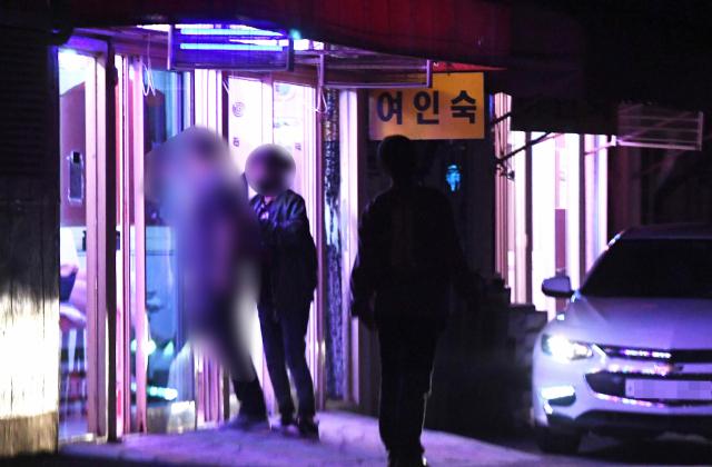 지난 11일 밤 창원시 마산합포구 서성동 성매매 집결지를 찾은 한 남성이 성매매 업소로 들어가고 있다./김승권 기자/