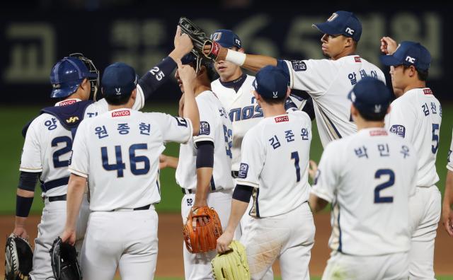 NC 선수들이 지난달 28일 창원NC파크에서 열린 키움과의 경기에서 역전승한 후 기뻐하고 있다./연합뉴스/