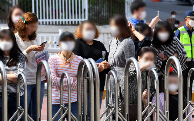 2차 등교 개학일이었던 지난달 27일 오전 창원시 성산구 대암초등학교 정문에서 학부모들이 아이들의 등교를 지켜보고 있다./성승건 기자/