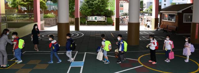 2차 등교 개학일이었던 지난달 27일 오전 창원시 성산구 대암초 학생들이 발열체크를 위해 줄을 서 있다./성승건 기자/