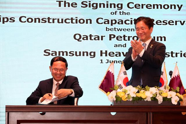 1일 남준우 삼성중공업 사장(왼쪽)이 성윤모 산업통상자원부 장관의 축하를 받으며 LNG선 슬롯 예약 약정서에 서명하고 있는 모습. /삼성중공업/