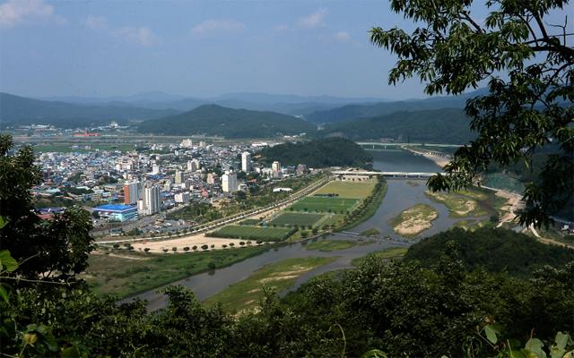 합천 갈마산 정상에서 바라본 읍내와 황강  /김승권 기자/
