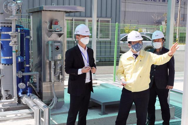 허성무 창원시장이 14일 성산구 성주동 수소에너지 순환시스템 실증단지(HECS)를 찾아 안전관리 실태 등을 점검하고 있다./창원시/