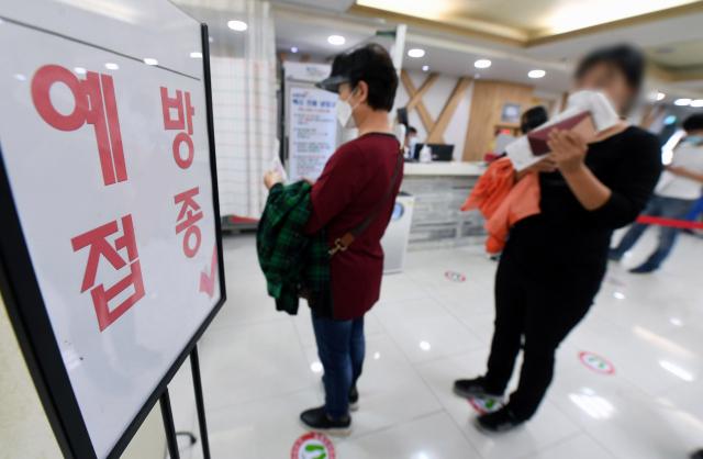 22일 오후 창원의 한 의료기관에서 시민들이 독감 예방 접종 차례를 기다리고 있다./김승권 기자/