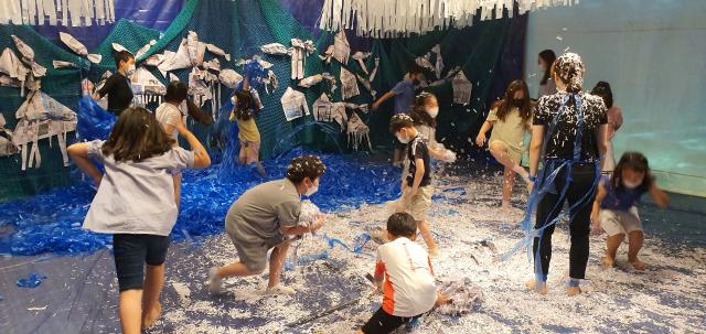 2020 꿈다락토요문화학교 '문화예술놀이터 담쟁이' 프로그램 중 하나로 해양오염을 주제로 한 문화예술교육 '바다이야기' 진행 모습./극단 장자번덕/