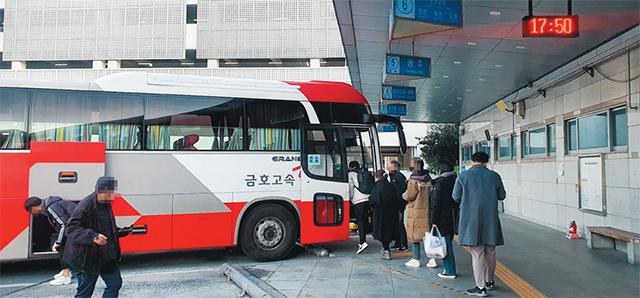 9일 창원종합버스터미널에서 출발하는 광주행 버스에 승객들이 탑승하고 있다./경남신문 자료사진/