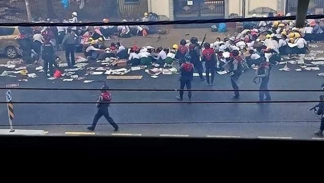 지난달 28일 시위에 나선 미얀마 시민들이 군경에 진압되고 있다./경남이주민노동복지센터/