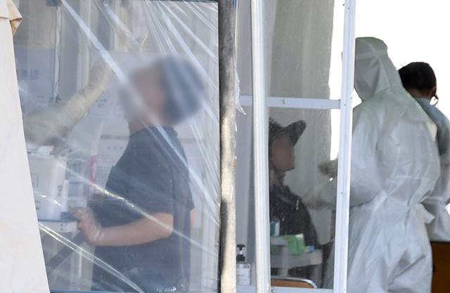 김해의 한 노인시설에서 코로나19 집단감염이 발생한 가운데 11일 오후 김해시보건소 선별진료소에서 시민들이 코로나19 검사를 받고 있다./김승권 기자/