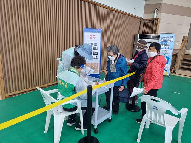 산청군새마을회 75세이상 어르신 백신접종 봉사활동 1.jpg