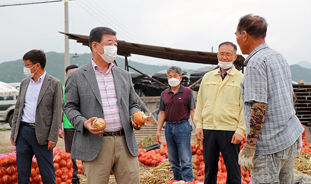 14일 양파 수확 일손돕기 현장을 찾은 이재근 산청군수가 농업인과 이야기를 나누고 있다.jpg