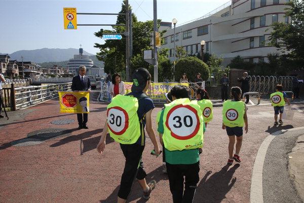 '가방 안전덮개'를 한 초등학생들이 등교하고 있는 모습./경남신문DB/