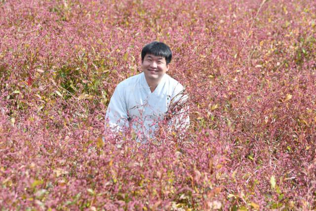 김현우씨가 김해시 진례면 쪽밭에서 수확한 쪽을 들어보이고 있다.