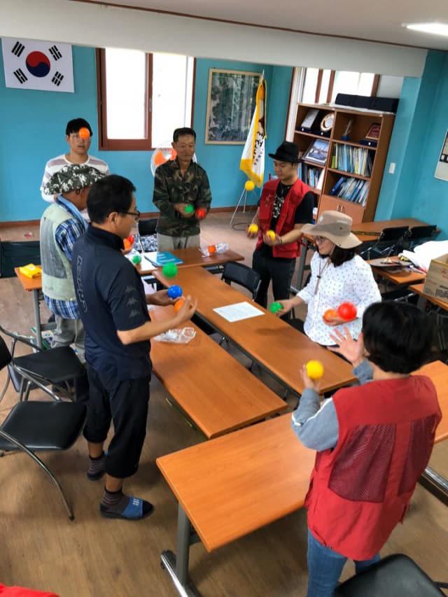 거제지역 파견지원사업 참여기업과 예술인들이 협업프로젝트를 수행하고 있다./경남문화예술진흥원/