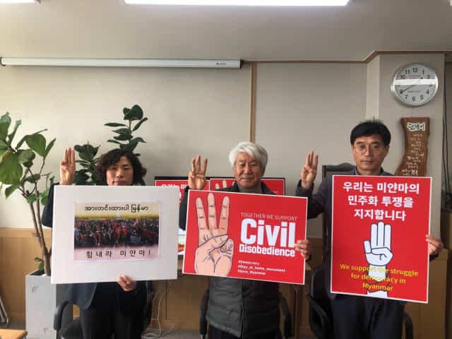 6월항쟁정신계승 경남사업회 조명제(오른쪽부터)·이흥석 공동대표, 김정연 사무국장이 미얀마 군부 독재에 대한 저항을 상징하는 세 손가락 경례를 하고 있다.