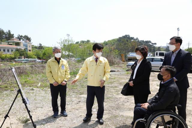 조규일(왼쪽 두 번째) 진주시장이 20일 장애인연합회 임원들과 함께 장애인 문화체육센터 추진 상황을 점검하고 있다./진주시/