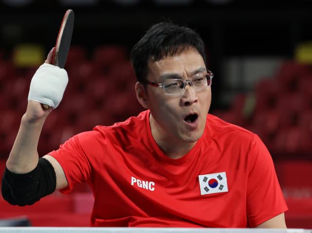[패럴림픽]금빛 함성 (도쿄=연합뉴스) 서명곤 기자 = 30일 오전 일본 도쿄 메트로폴리탄체육관에서 열린 2020 도쿄 패럴림픽 남자 탁구 개인전(스포츠등급 1) 결승 대한민국의 주영대가 김현욱을 상대로 세트스코어 3-1로 승리한 뒤 기뻐하고 있다. 2021.8.30 seephoto@yma.co.kr (끝)