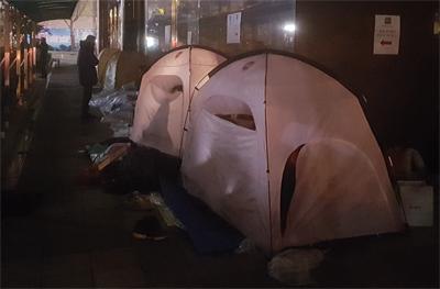 [궁금타] 그들은 왜 겨울밤 노숙을 하며 패딩을 샀나?